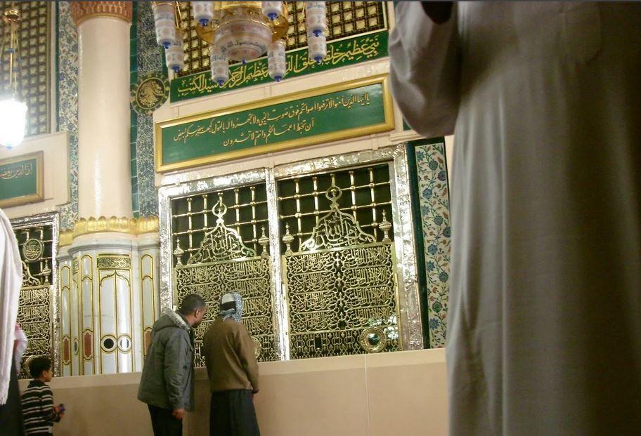 У могилы пророка Мухаммада