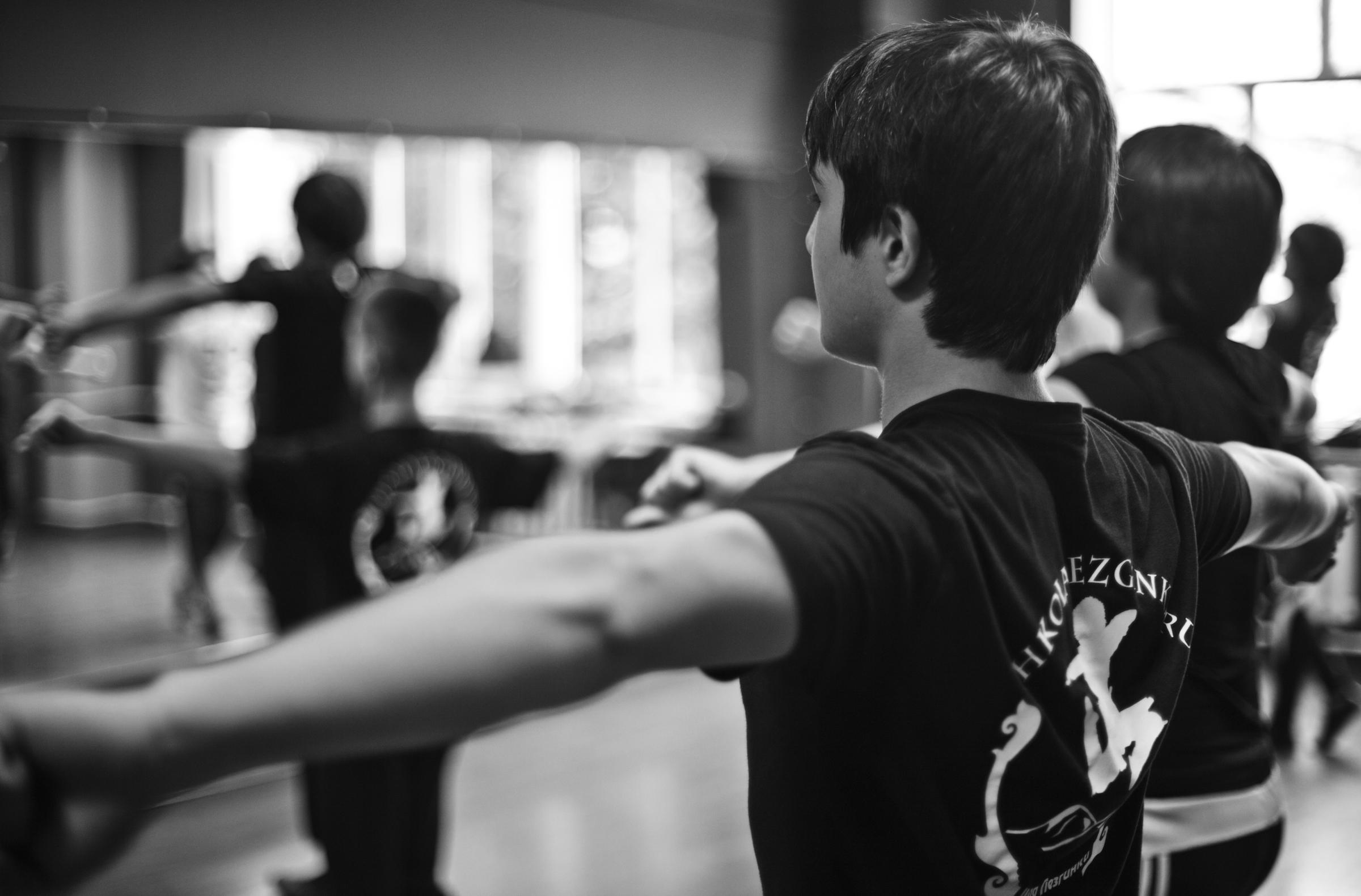 Молодежь танцует лезгинку