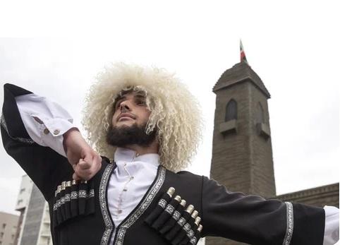 Житель Дагестана в национальной одежде исполняет лезгинку