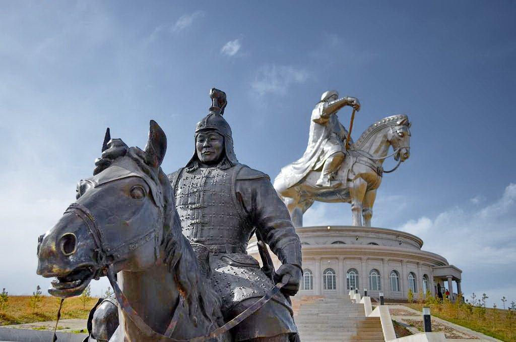 В монголии Чингисхану поставили памятник как основателю государства