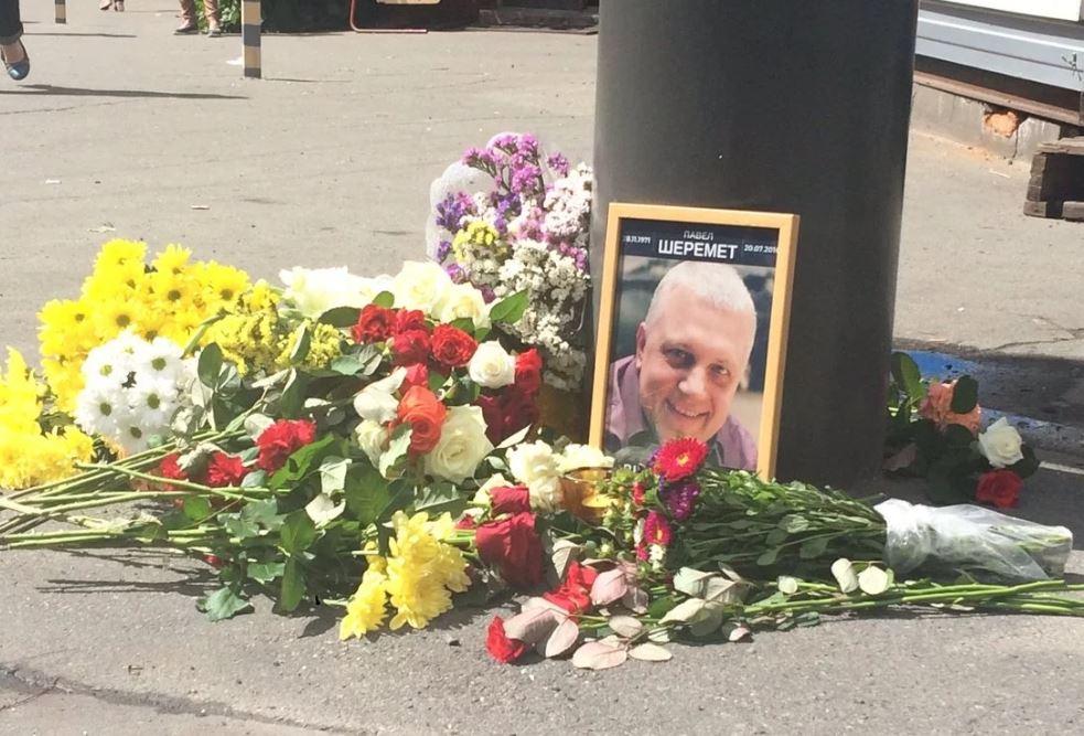 Цветы на месте убийства журналиста Павла Шеремета