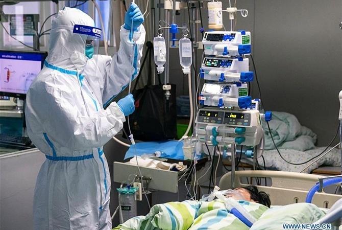 Лечение заболевшего коронавирусом в Китае