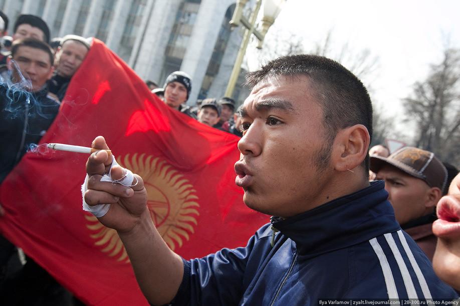 Жители Киргизии с национальным флагом