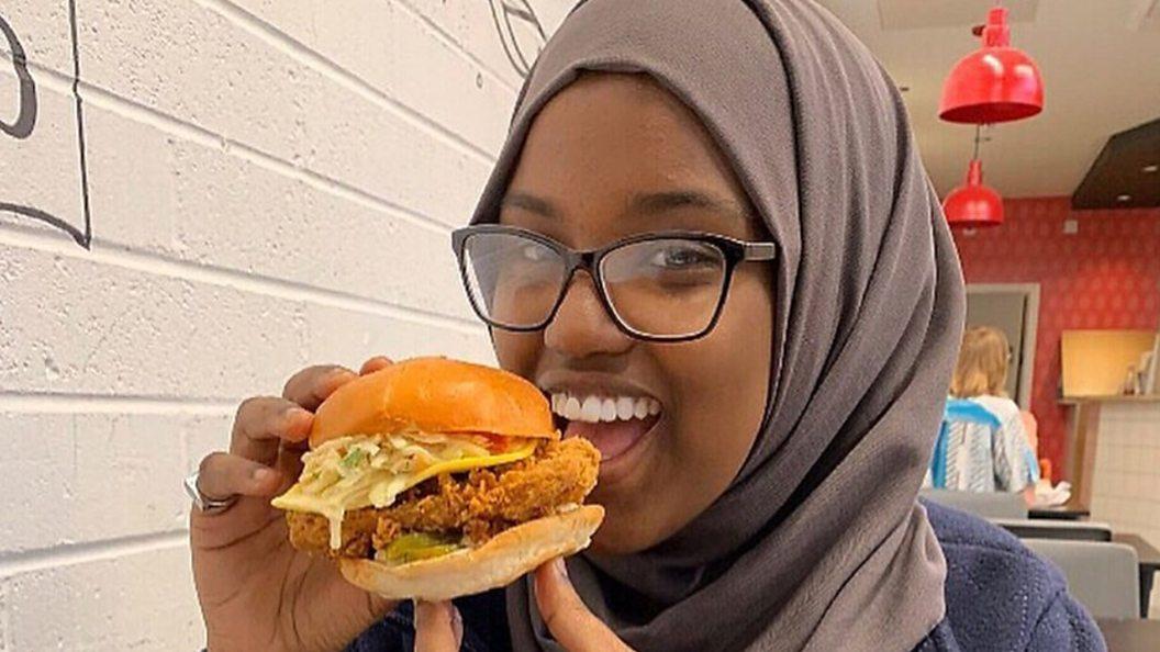 Сумайя держит в руках вегетарианский гамбургер