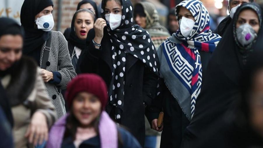 Жительницы Ирана идут по улице в медицинских масках