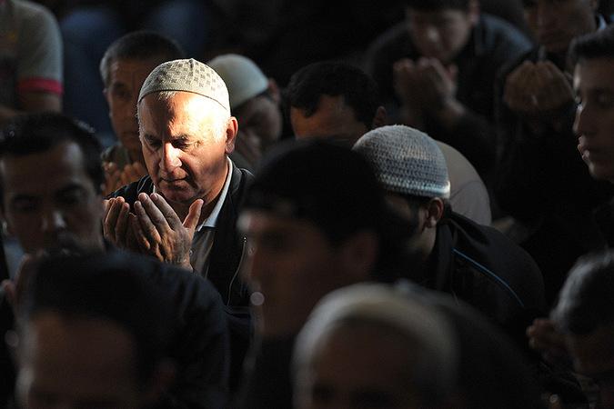 Мусульмане во время намаза у Соборной мечети в Москве. Фото: Рамиль Ситдиков/РИА Новости