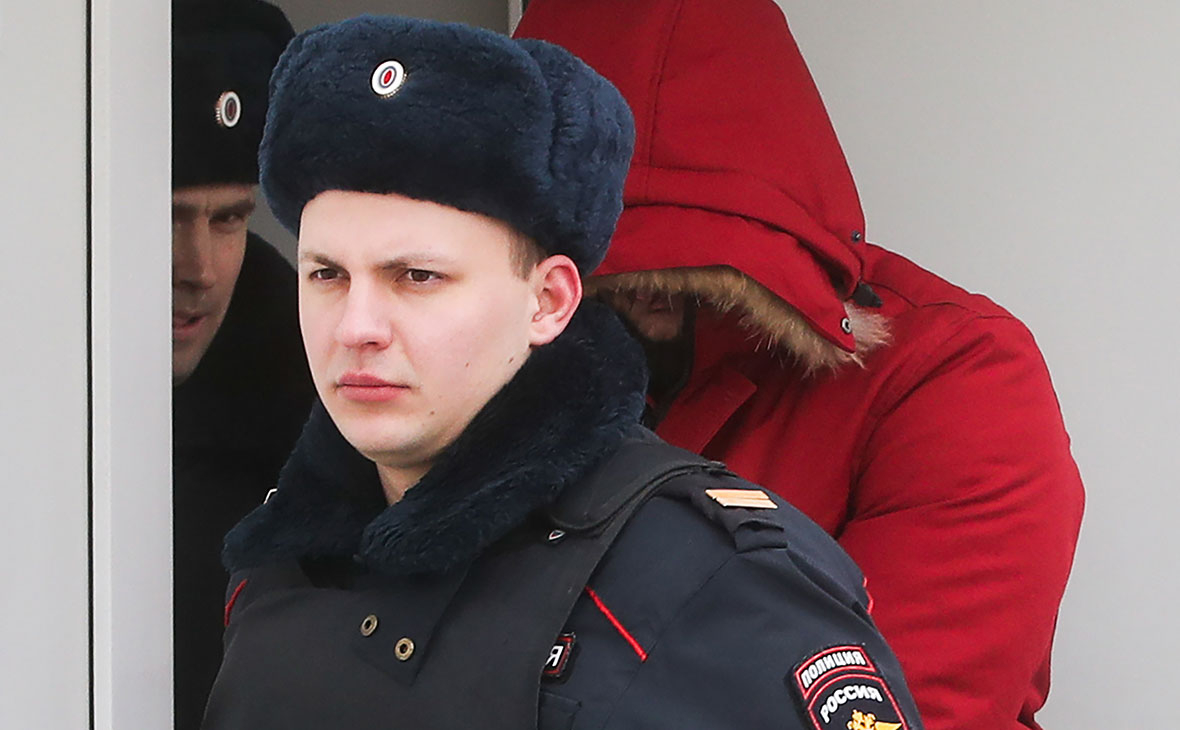 Полиция выводит подозреваемого в нападении на прихожан храма (Фото: Вячеслав Прокофьев / ТАСС)