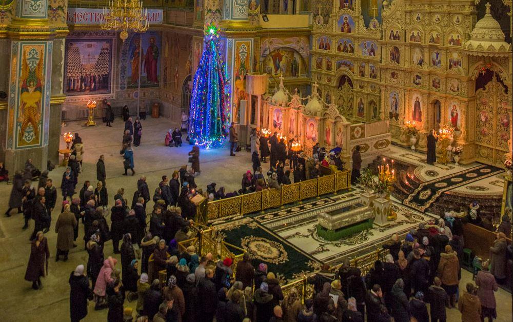 Группа паломников в Почаевской лавре