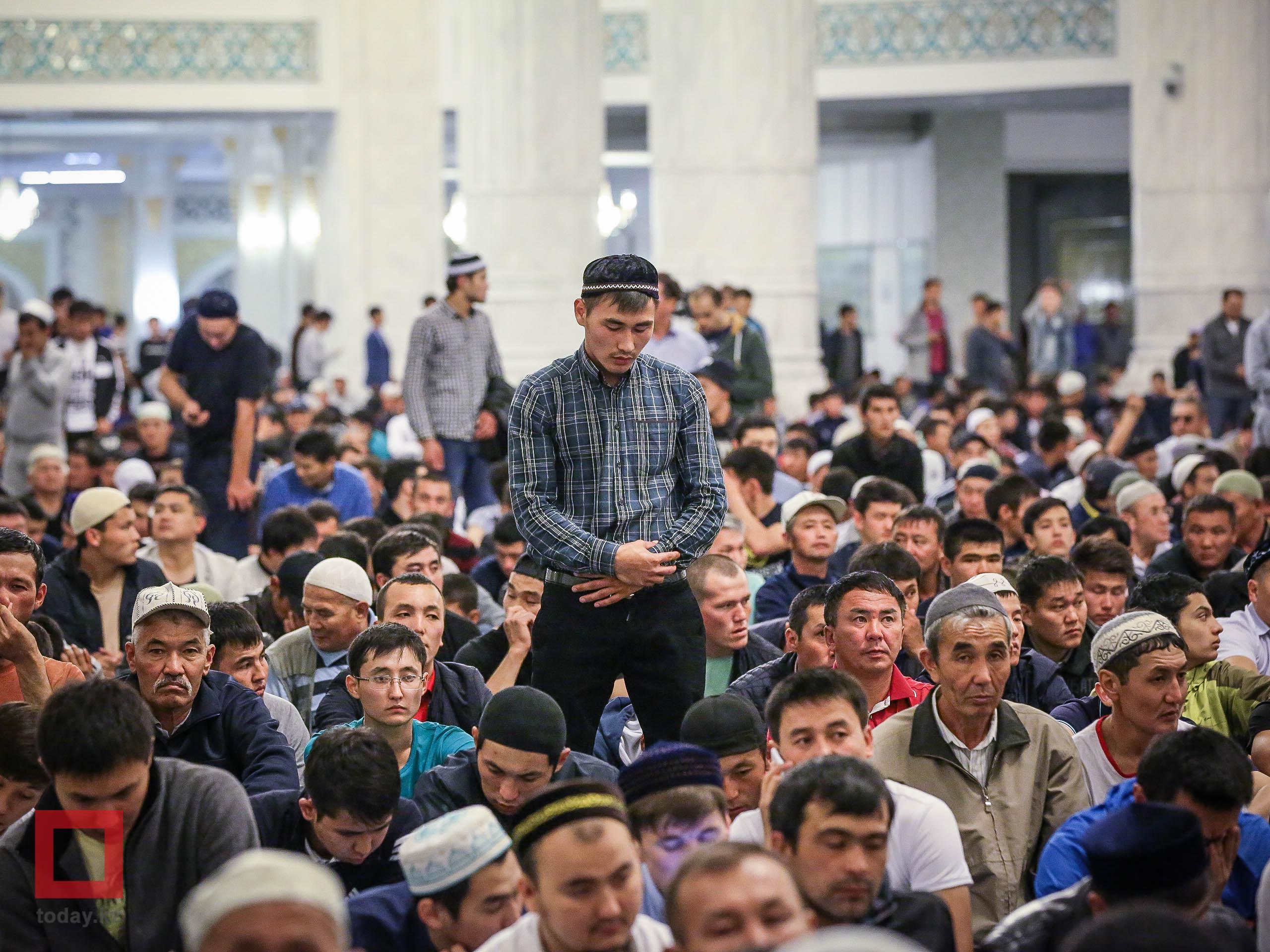 Мусульмане во время молитвы в одной из мечетей Казахстана