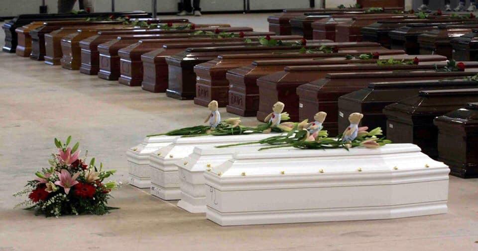 Гробы с телами детей и взрослых