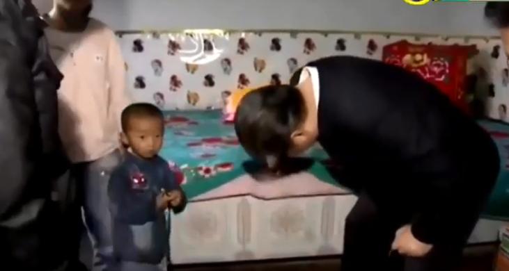 Китайский лидер с любопытством заглядывает под матрас в мусульманском доме