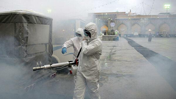 Иранские инфекционисты во время работы