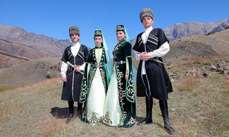 Представители молодежи Ингушетии в национальных костюмах