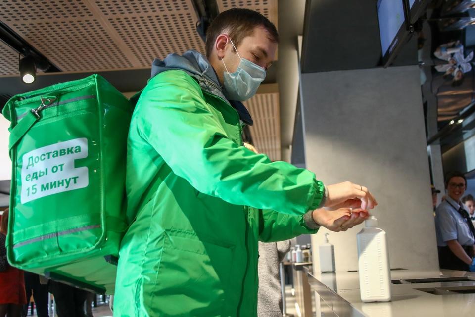 Мигранты доставляют еду в дома россиянам