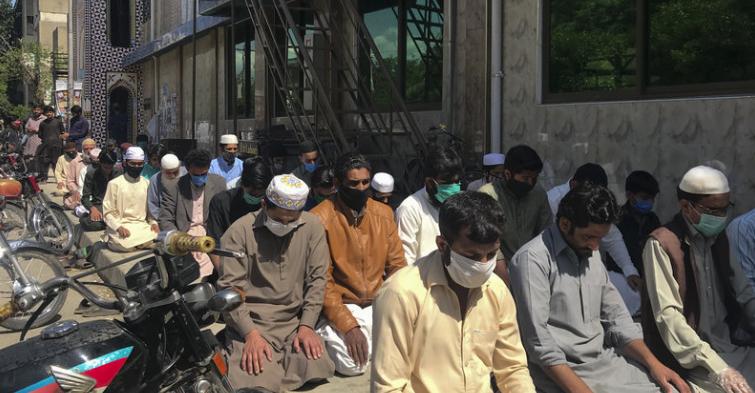 Молящиеся пакистанцы