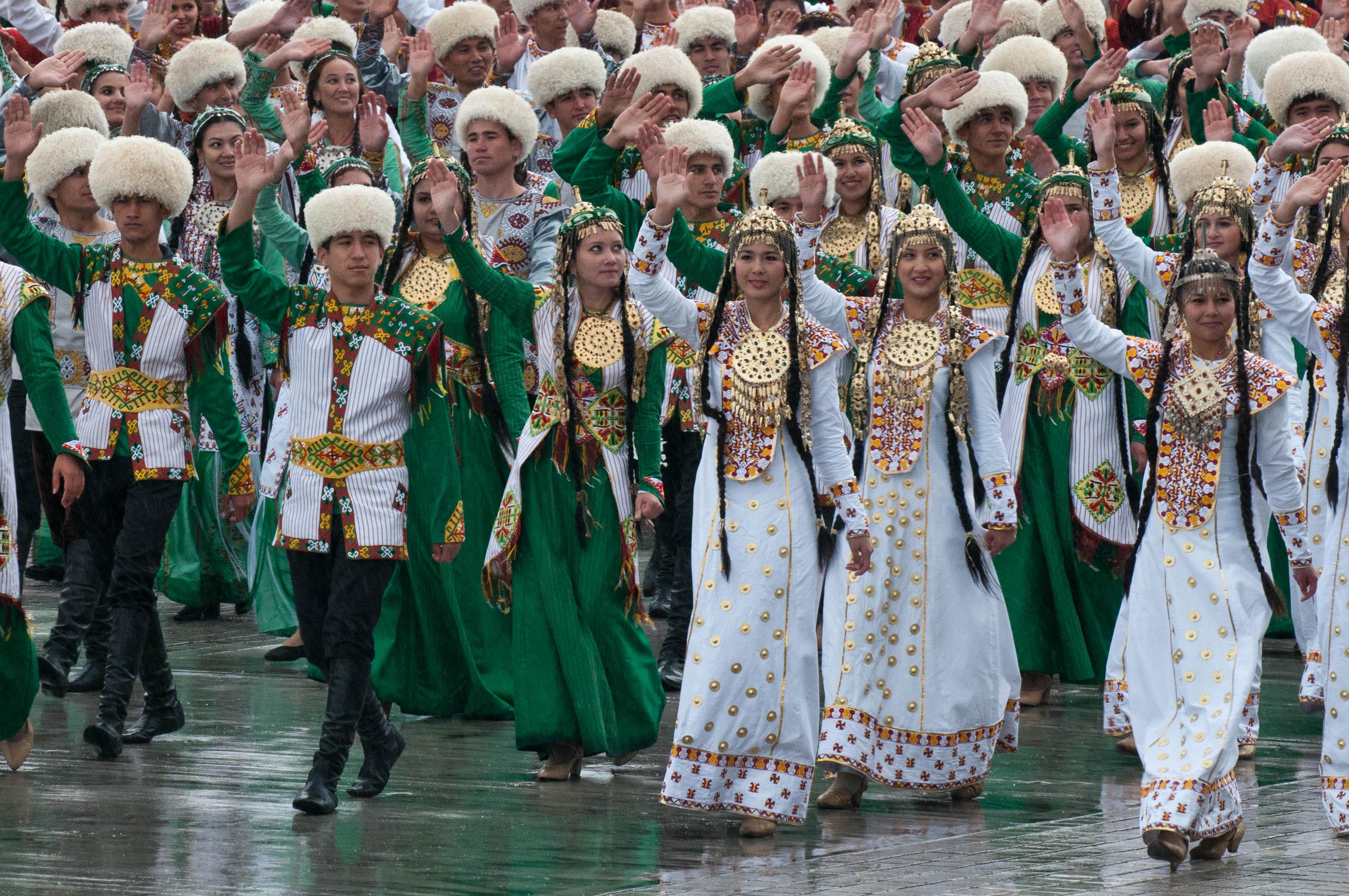 Жители Туркменистана в национальных костюмах