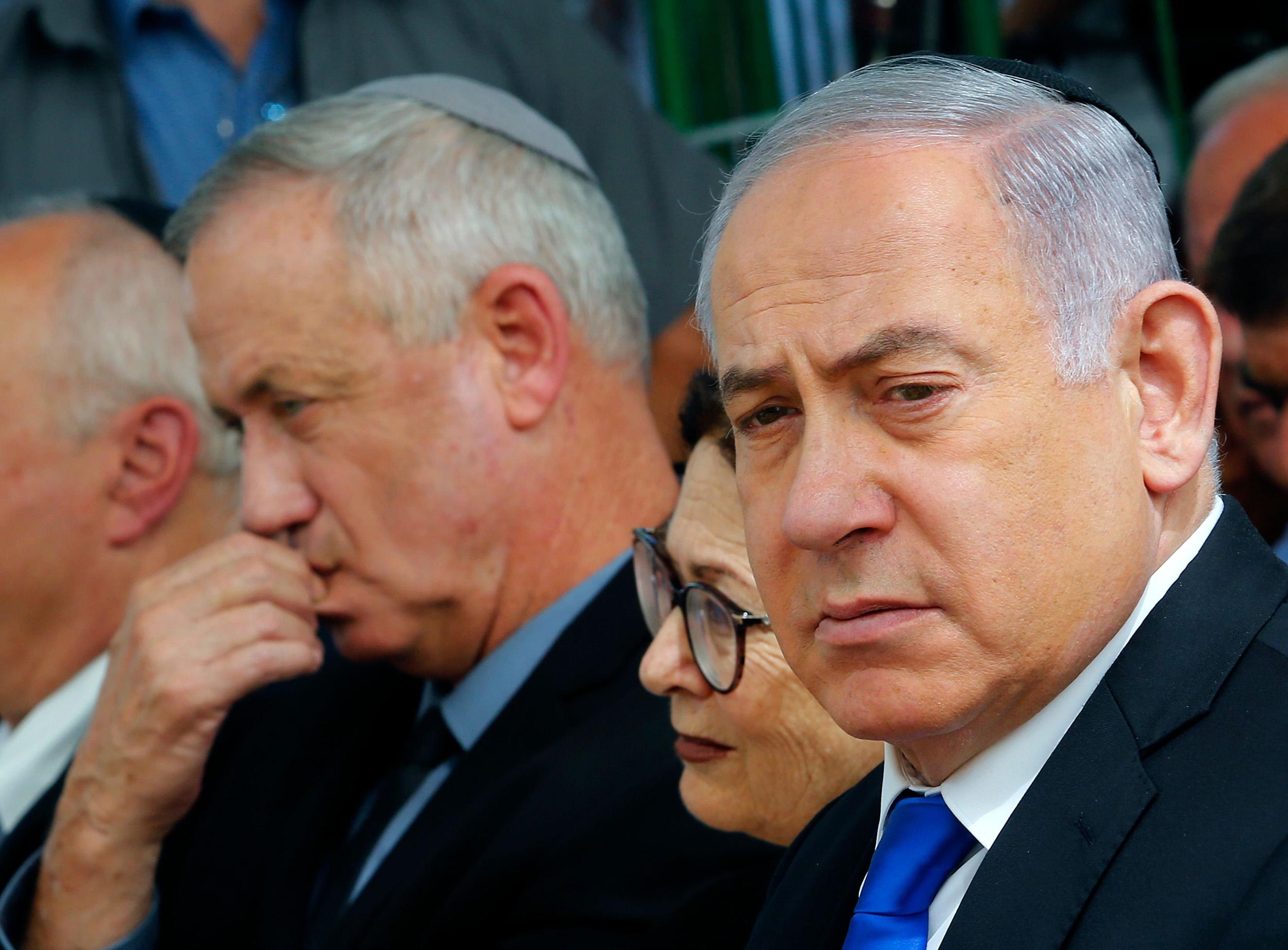 Глава Минобороны Израиля Бени Ганц (слева) и премьер-министр Биньямин Нетаньяху (справа)