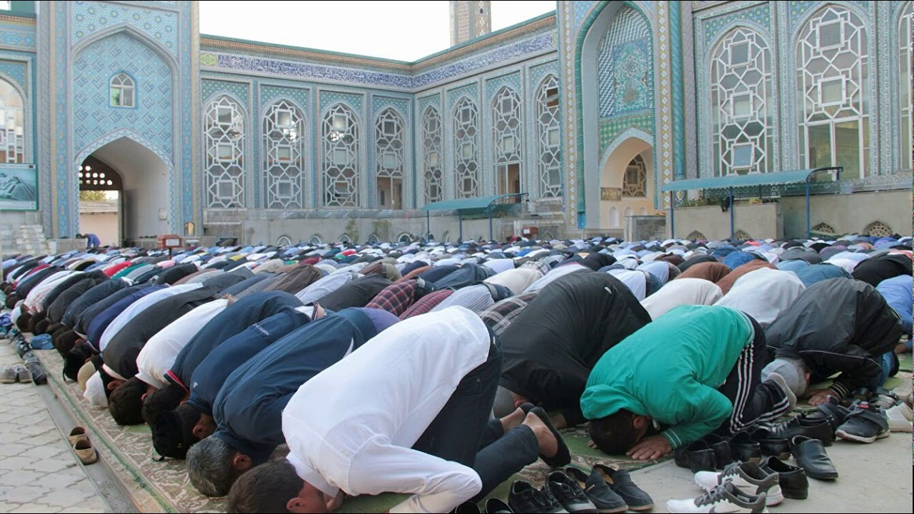 Коллективная молитва в одной из мечетей Таджикистана до эпидемии