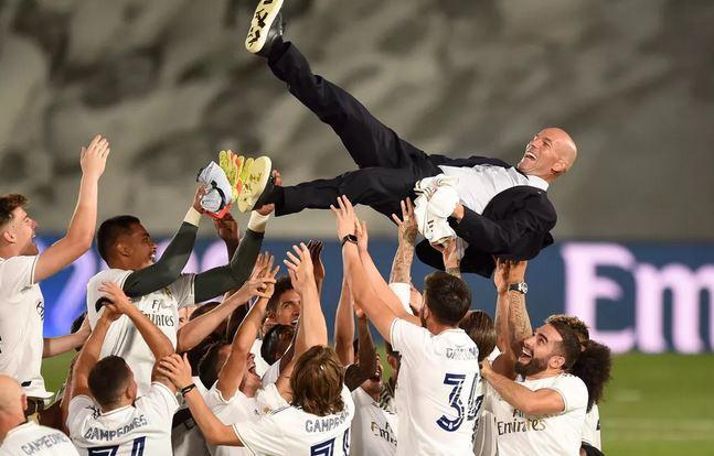 Футболисты чествуют тренера Зидана