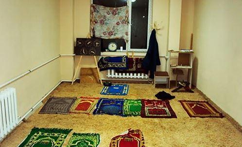 Импровизированная молельная комната в общежитии