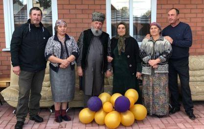 Байдымат Рахимова с детьми. Справа налево: Тагир Рахимов, Марьям Рахимова, Мухаммад Рахимов, Байдымат Рахимова, Тагира Рахимова, Ибрагим Рахимов