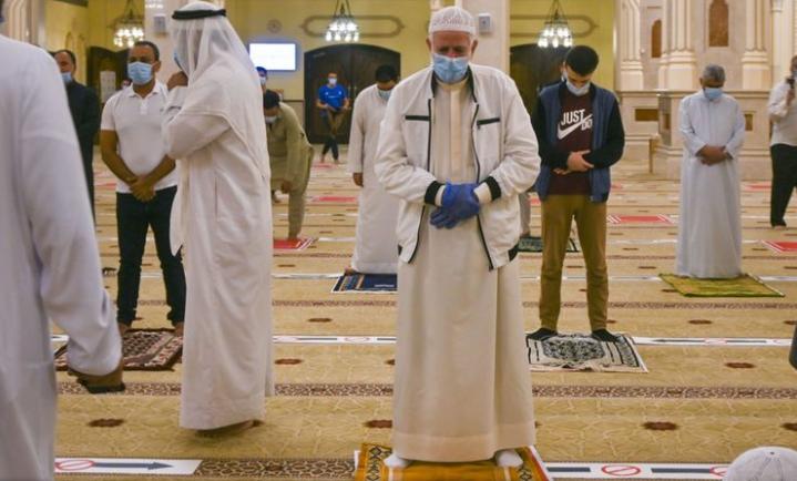 Кадр из эмиратской мечети