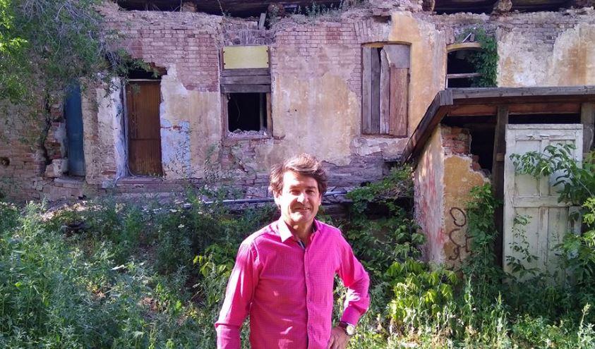 Радик Амиров на фоне дома Карима Хакимова