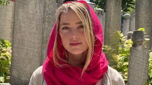Эмбер Херд в хиджабе (фото обрезано из этических соображений)