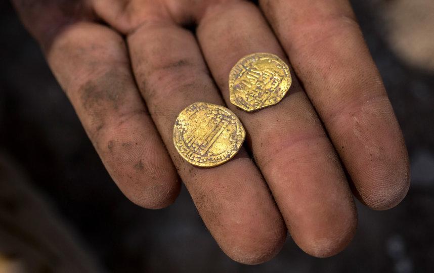На каждой монете выгравирован текст шахады
