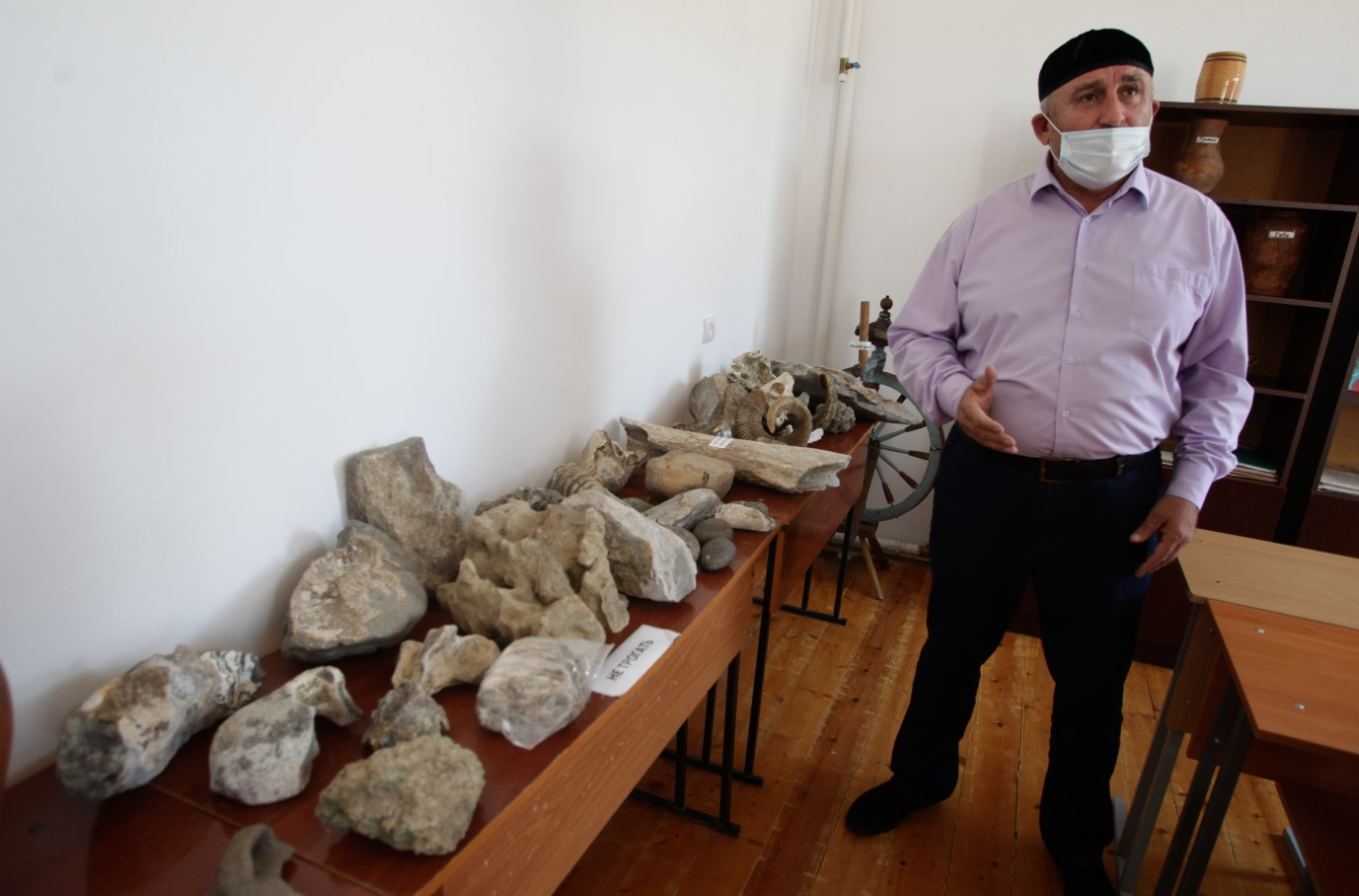Директор школы демонстрирует экспозицию музея