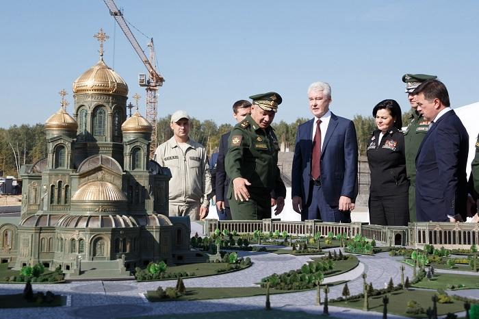 С.Шойгу и С.Собянин у макета Главного храма Минобороны России