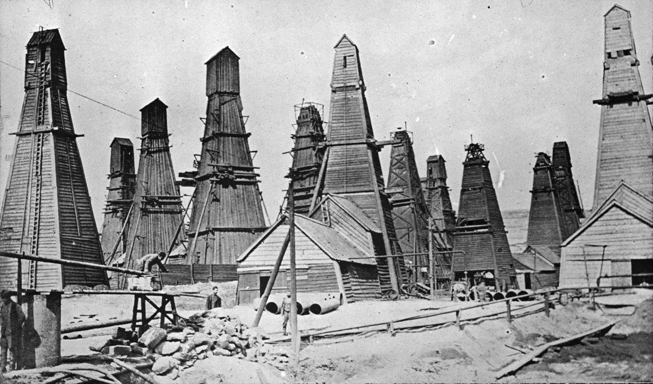 Нефтяные вышки Нобелей в предместьях Баку