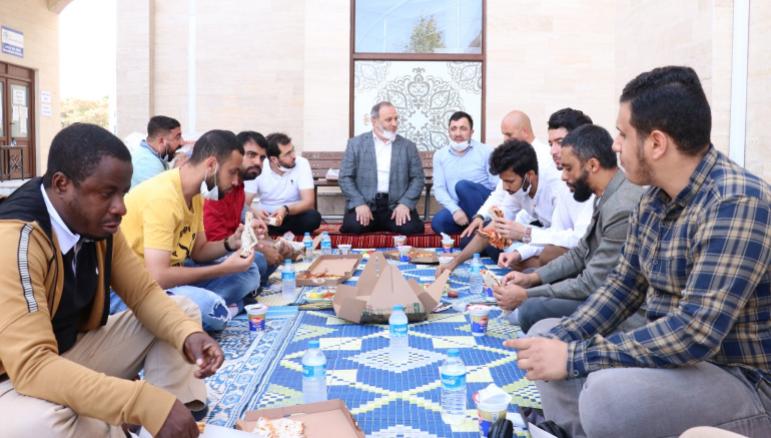 Турецкий имам кормит приезжих студентов