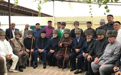 Глава представительства ЦДУМ в Ингушетии Ахмед Сагов с соратниками