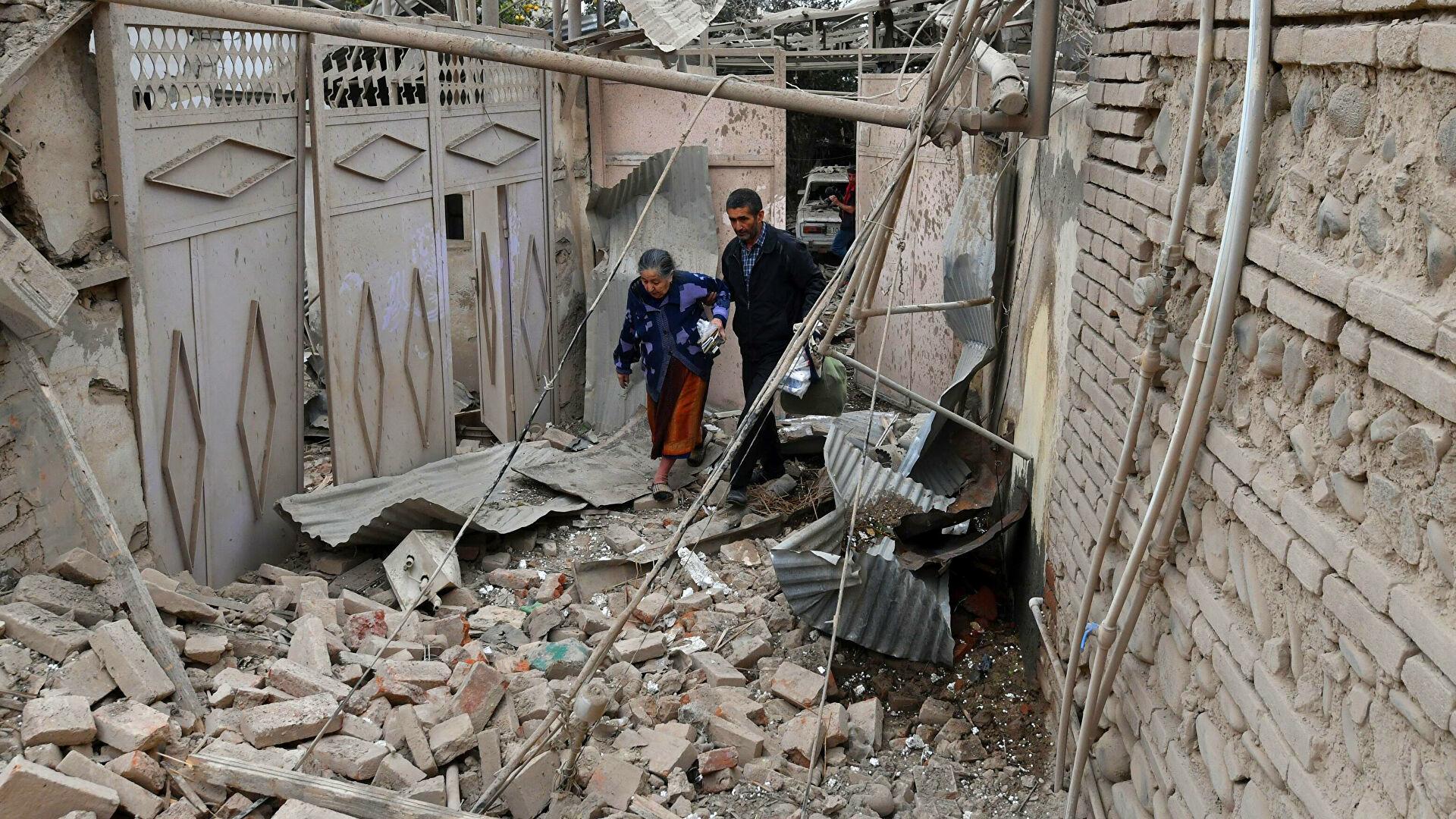 Жители Карабаха возле дома, разрушенного в ходе обстрела