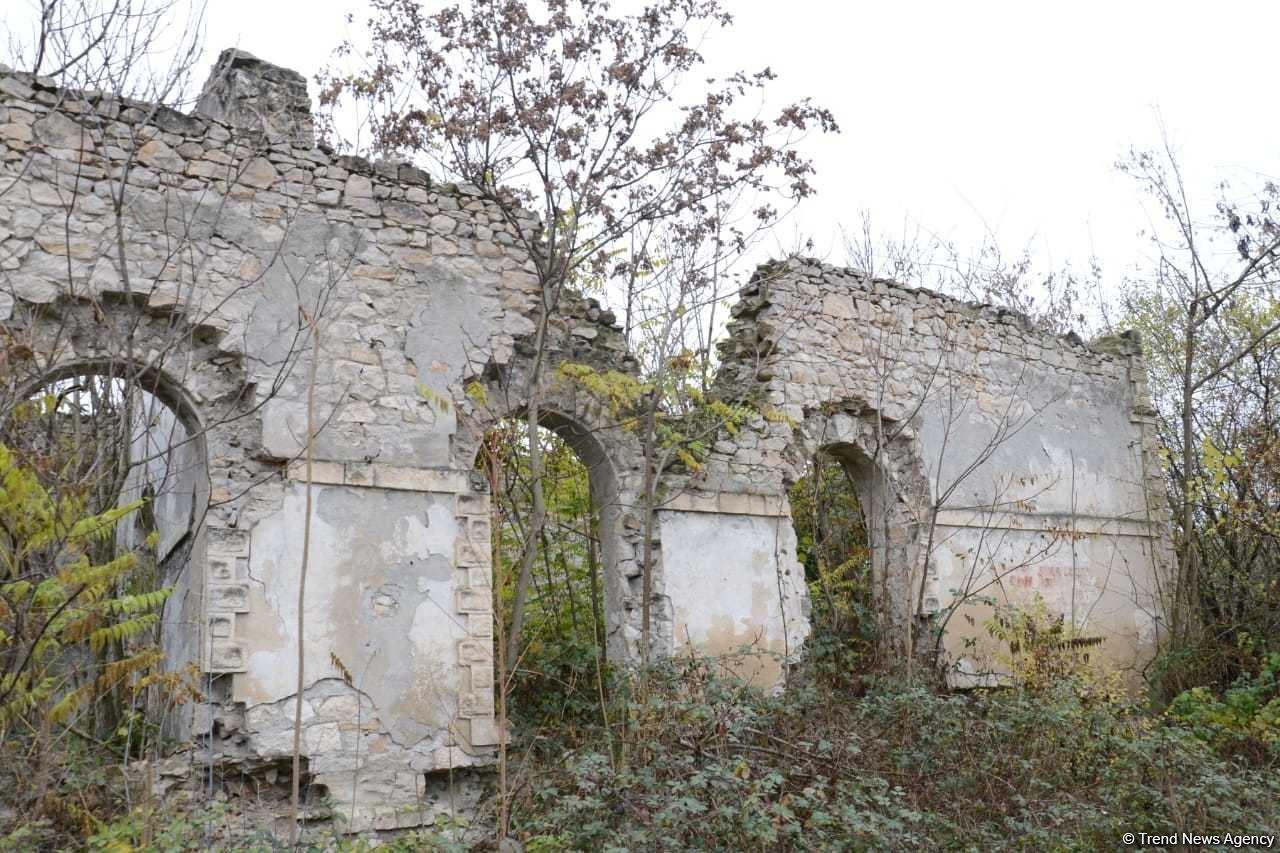 Руины исторической мечети в Физули