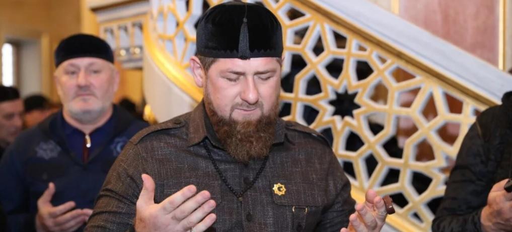 Глава ЧР Рамзан Кадыров во время молитвы