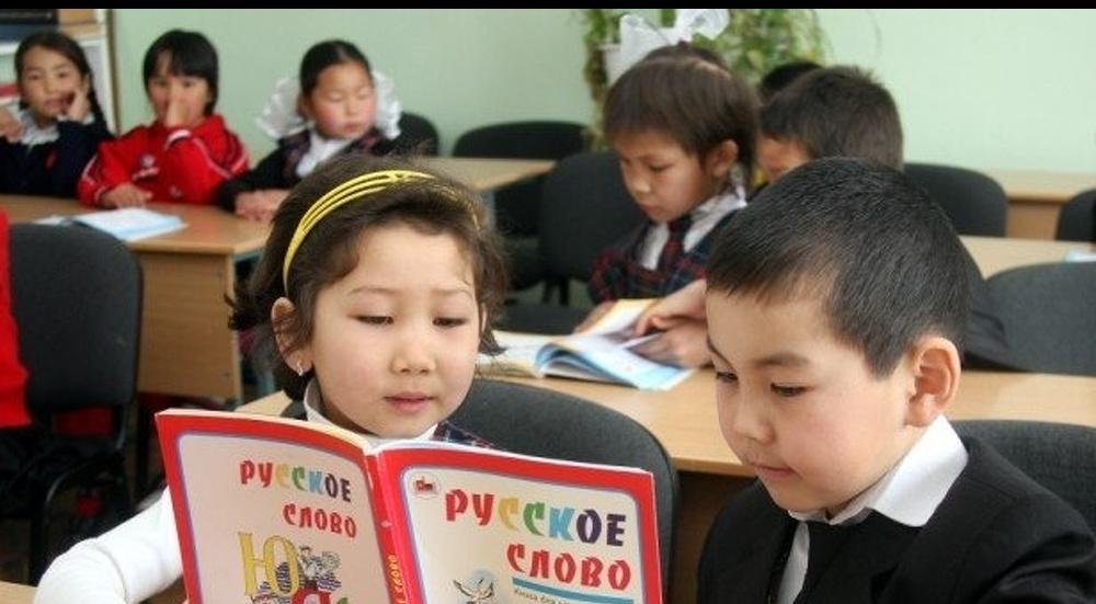 Учащиеся одной из школ в Киргизии