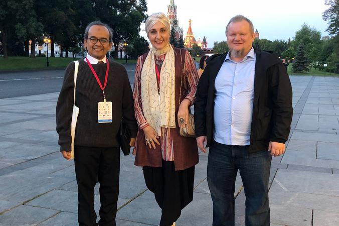 Справа налево: Марат Муратов (да будет милостив к нему Аллах), Алия Ольга Павлова, Багус Рионо, президент Международной Ассоциации мусульманских психологов