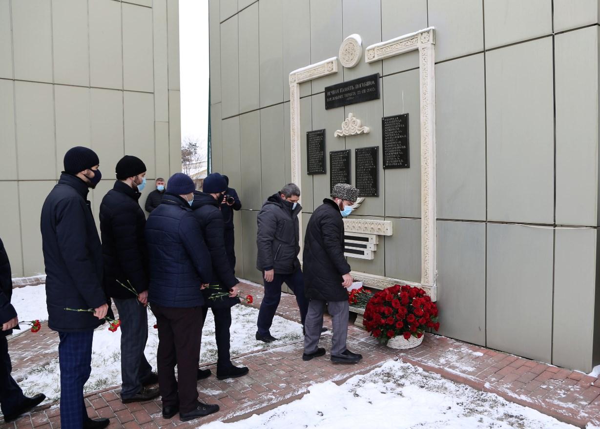 Церемония возложения цветов к мемориалу