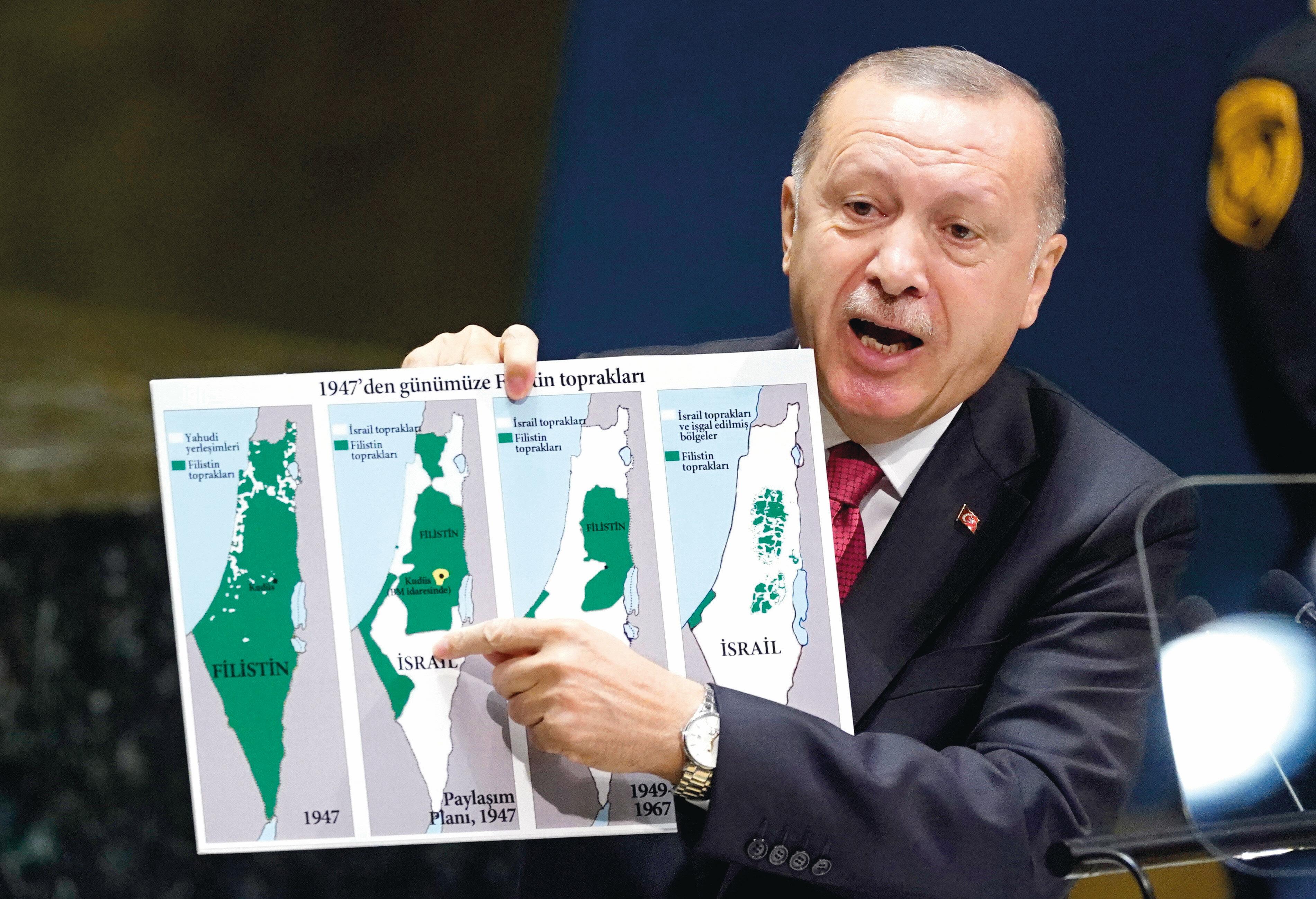 Президент Турции с картой, иллюстрирующий процесс оккупации территории Палестины