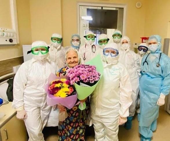 Мариам Хузеевна в окружении команды медиков