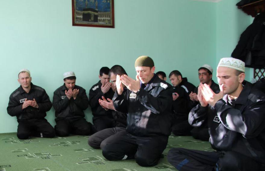 Заключенные в молитвенной комнате ФСИН