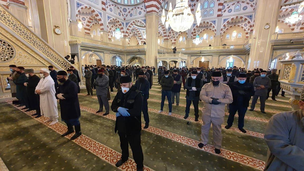 Богослужение в мечети Сердце Чечни до отмены масочного режима