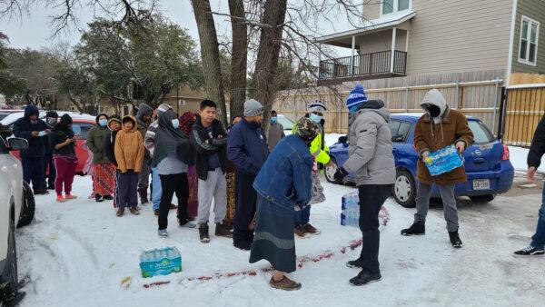Техасские мечети накормили и обогрели замерзающих американцев