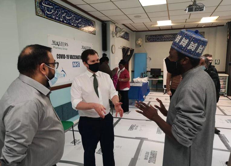 Имам мечети Бирмингема общается с чиновником