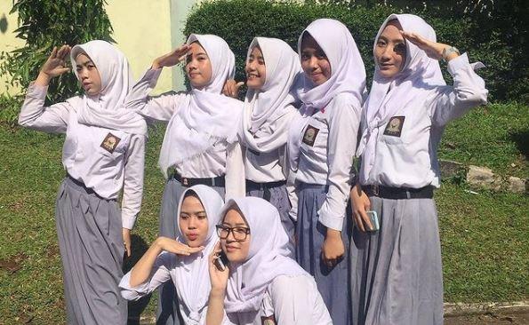 Большинство школьниц Индонезии носят хиджабы