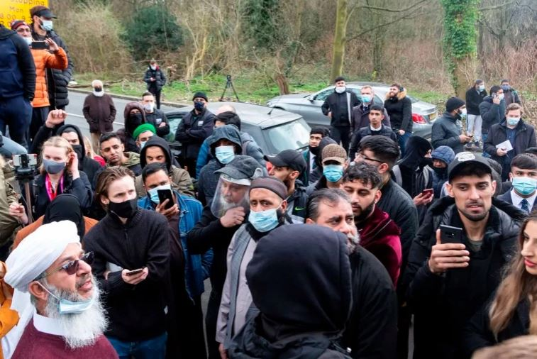 Демонстрация у школы в Западном Йоркшире