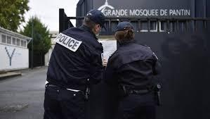 Полицейские у соборной мечети Пантена