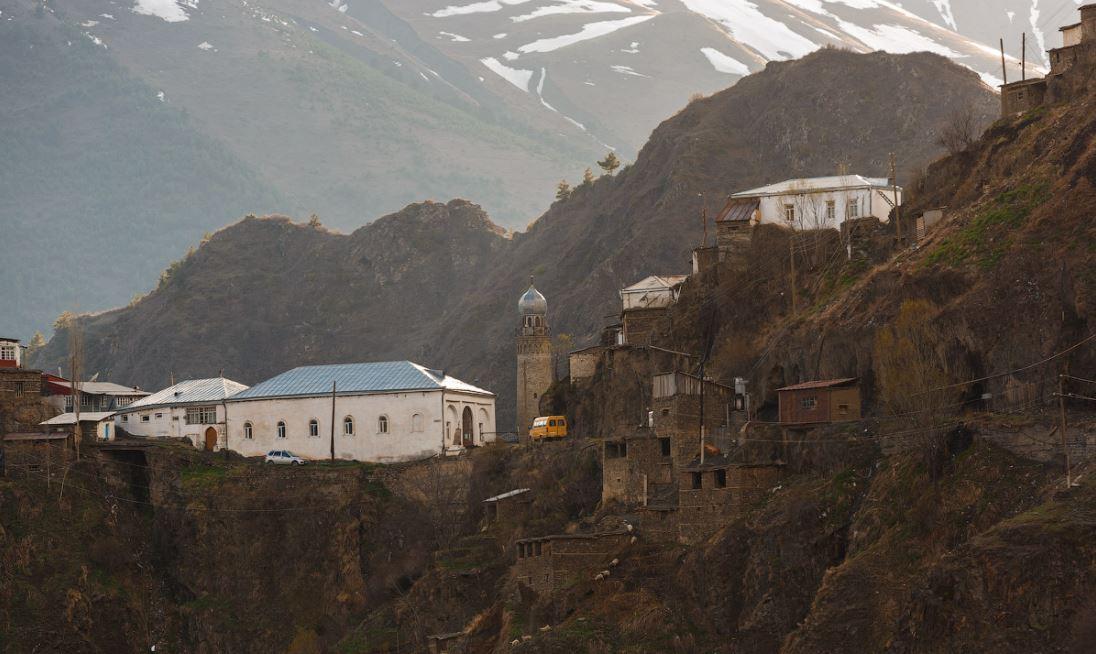 Село расположено на северном склоне Главного Кавказского хребта, в долине реки Самур